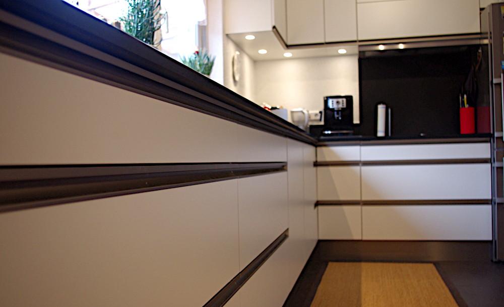 Küche in weiß mit Metallbeschlägen